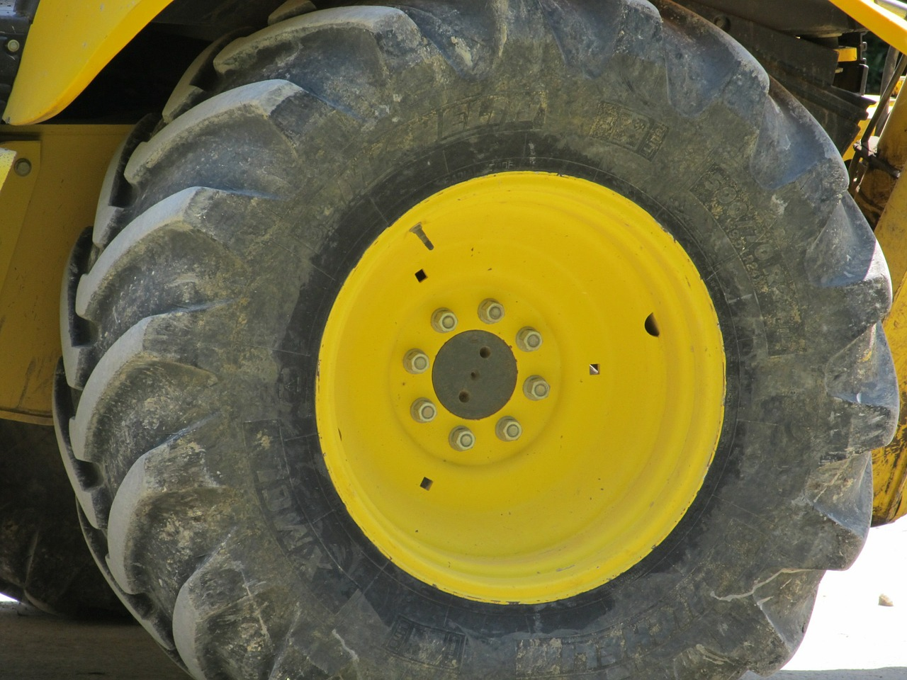 heavy-equipment-wheel-413912_1280